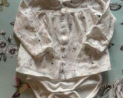 Vit tröj-/klänningsbody med flerfärgade stjärnor och månar, krage och knappar i form av hjärtan från PoP stl 68
