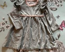 Blågrå klänning med volanger, vitt mönster och ljusrosa detaljer från PoP stl 68
