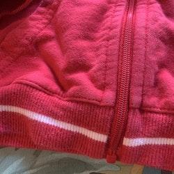 Röd och vit collegetröja med huva, dragkedja och fickor från PoP stl 68
