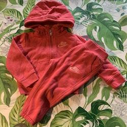 Rosa collegeset med tröja/jacka och byxor från Nike stl 80-86
