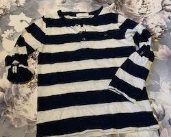 Mörkblå- och vitrandig tröja med farfarsknäppning från Kappahl stl 98/104