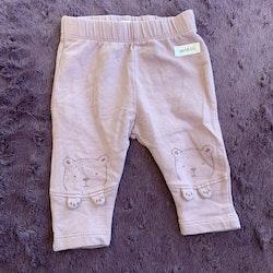 Lila leggings med björntryck och 3d lappar på knäna från Newbie stl 56