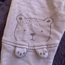 Lila leggings med björntryck och 3d labbar på knäna från Newbie stl 56
