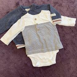 3 delat varmare paket i blått och vitt bestående av en stickad tröja, en tröjbody och ett par manchesterbyxor från Newbie stl 56