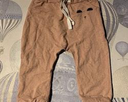 Rosa byxor med mörkgrå björnapplikation/tryck både framtill och på rumpan från Newbie stl 74
