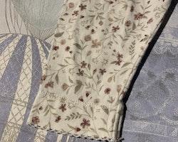 Vita volangleggings med småblommigt mönster i lila och grönt från Newbie stl 68