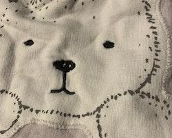 Ljuslila mysbyxor med vit björnapplikation på rumpan från Newbie stl 62