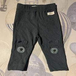Mörkblågröna leggings med björntryck och applikation på knäna från Newbie stl 62