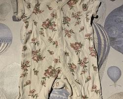 Vit kortärmad och kortbent pyjamas med rosa och grönt blommönster från Newbie stl 62