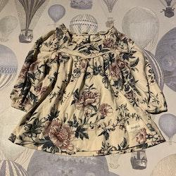 Cremefärgad klänning med blommönster i grönt, lila och brunt från Newbie stl 56