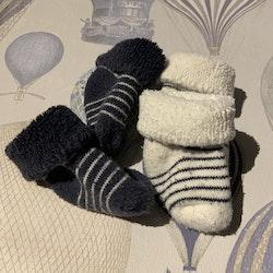 Två par randiga strumpor i mörkblått och vitt från Newbie stl 0-1 mån