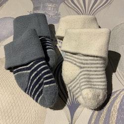 Två par tjocka randiga strumpor i vitt, mörkblått, grått och gråblått stl 0-1 mån