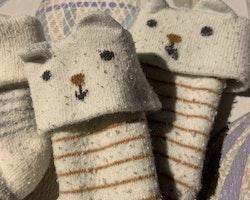 Två par tjocka randiga strumpor i vitt, grått och brunt varav ett par med björnansikte och öron från Newbie stl 0-12 mån