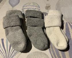 Tre par tjocka strumpor i vitt och grått från Newbie stl 2-6 mån