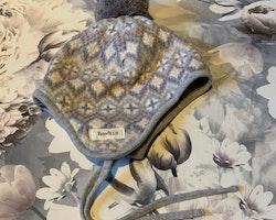 Mönstrad vintermössa i grått, vitt, ljusrosa, lila och rosa med en tofs från Newbie stl 44/46