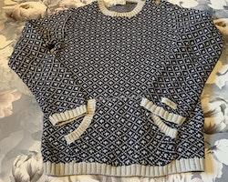 Gråvit och mörkblå mönsterstickad tröja och ett par mörkblå finbyxor från Newbie stl 110/116 & 110