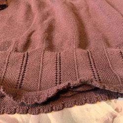 Mörkrosa stickad klänning med volang från Newbie stl 110