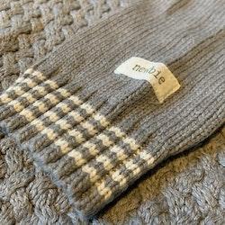 Grå stickad tröja med vita detaljer och mysig krage från Newbie stl 104