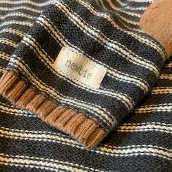 Mörkgrå stickad tröja med detaljer i vitt och ljusbrunt från Newbie stl 92