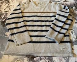 Beige stickad tröja med ljusbrun och mörkblå ränder från Newbie stl 92