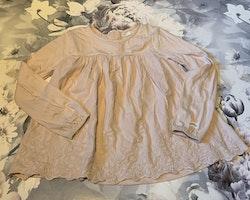 Ljust rosaaprikos blus/tunika/klänning med vackert ton i ton blomsterbroderi från Newbie stl 98/104