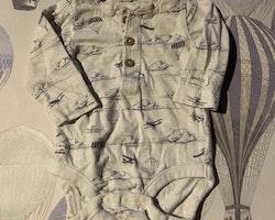 3 delat paket med farfarsknäppta bodies i vitt, blått och grått varav en med luftballonger och flygplan från Newbie stl 56