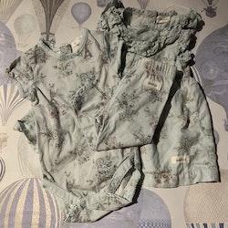 3 delat paket med en ljusblå klänning, en kortärmad body och ett par leggings med blommigt Paris mönster i grått, blått och lila från Newbie stl 62 & 68