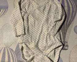 Vit omlottbody med mörkblå stjärnor från Newbie stl 62