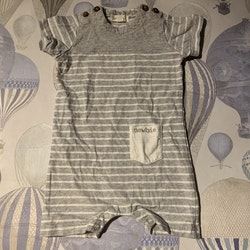 Grå kortärmad och kortbent jumpsuit med vita ränder och en liten ficka från Newbie stl 62