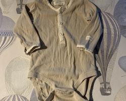 Beige farfarsknäppt body med vita kantband från Newbie stl 62