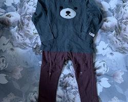 Mörkt blågrön tröjbody med björnansikte och ett par vinröda leggings med kaninhuvuden på knäna från Newbie stl 86