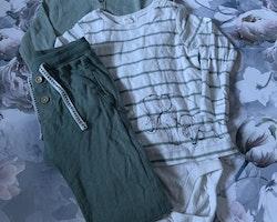 3 delat paket i vitt och grönt med en elefantprydd tröjbody, en ribbad farfarsknäppt body och ett par mjukisbyxor från Newbie stl 86