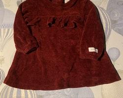Vinröd sammetsklänning med volang från Newbie stl 68