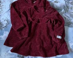Vinröd sammetsklänning med volang från Newbie stl 62
