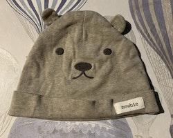 Ljusbrun mössa med björnöron och ansikte broderat i mörkbrunt från Newbie stl 44/46