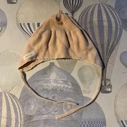 Ljusrosa stickad mössa med vit kant från Newbie stl 4-6 mån