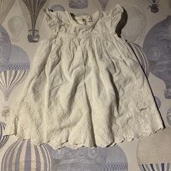 Underbar vit klänning med volangärm och broderier från Newbie stl 68
