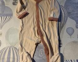 Ljusrosa pyjamas med mörkrosa kantband och prickar från Newbie 56