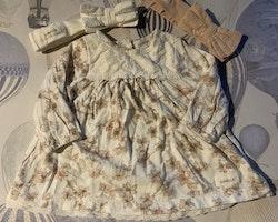 8 delat paket i vitt och rosa bestående av en stickad kofta, en klänning, en collegetröja, en body, två par leggings och två st hårband från Newbie stl 56 & OS