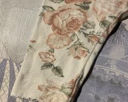 Vita volangleggings med rosor i olika rosa och gröna nyanser från Newbie stl 62
