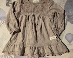 Ljuslila klänning men ton i ton spetsdekoration från Newbie stl 62