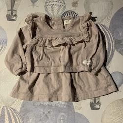 Ljuslila klänning med hålbroderad spetsvolang i någon nyans ljusare lila från Newbie stl 62