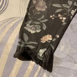 Grå leggings med blommönster i grönt, blått, rosa och lila från Newbie stl 68