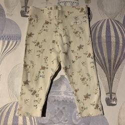 Off-white ribbade leggings med blommönster i grönt, rosa, blått och gult från Newbie stl 68