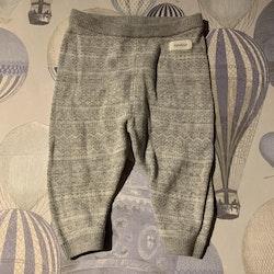 Gråvita mönsterstickade byxor från Newbie stl 62