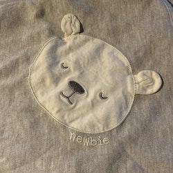 Grå limited edition filt med björnapplikation i vitt från Newbie stl OS
