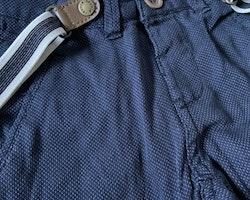 Mörkblå småmönstrade finbyxor med hängslen från Newbie stl 92