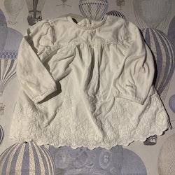 Vit tunika/klänning med vackra broderier från Newbie stl 68