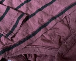 Vinröd tröjbody med svarta ränder från Newbie stl 86