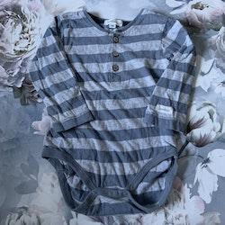 Gråmelerad- och ljusblårandig body med farfarsknäppning från Newbie stl 86